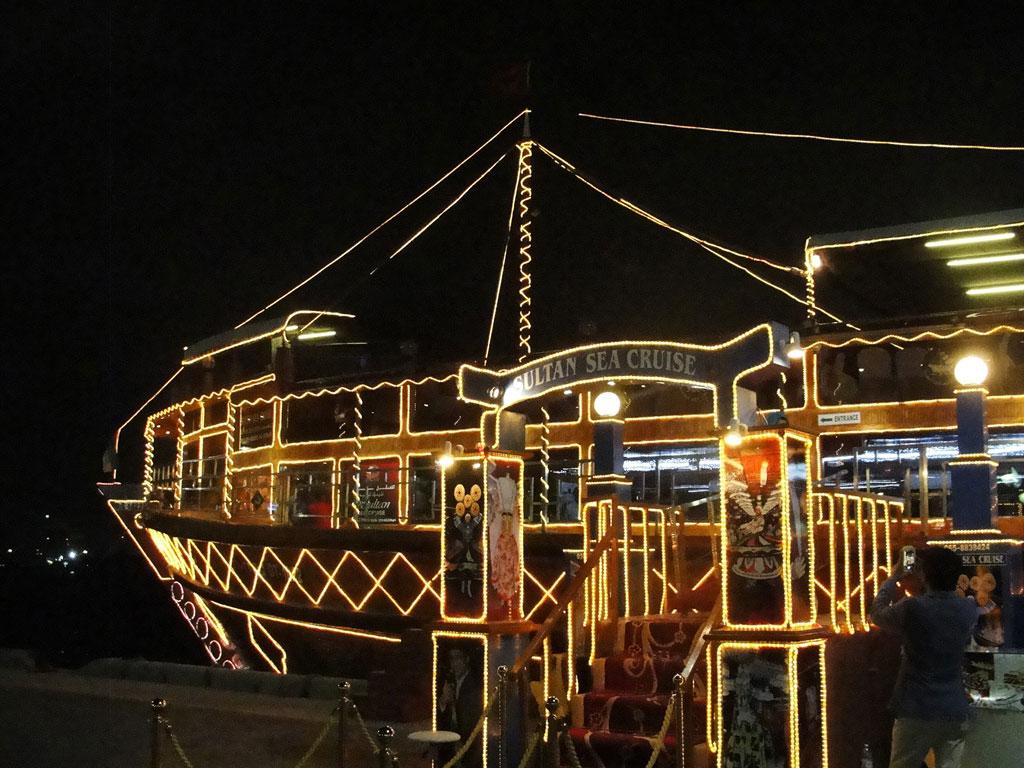 Dubai - Barco com jantar temático